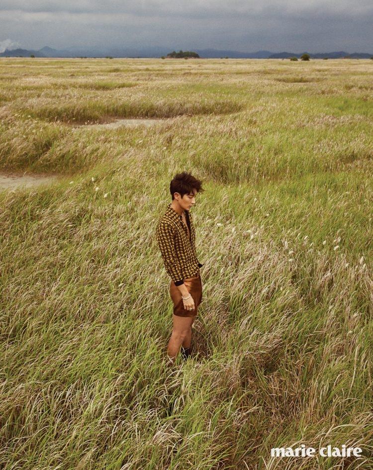패턴 셔츠 프라다(Prada), 쇼츠 김서룡 옴므(Kimseoryong Homme), 네크리스와 뱅글 모두 토마스 사보(Thomas Sabo).