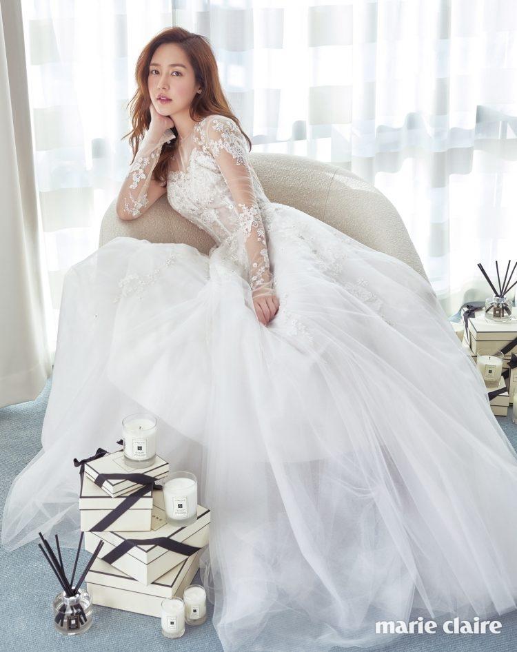 샤와 아플리케의 섬세한 조합이 여성스럽고 우아한 매력을 한껏 살려주는 드레스 모니크 륄리에 바이 마이도터스웨딩(Monique Lhuillier by My Daughter's Wedding), 신선한 플로럴 부케 향이 공간을 매혹적으로 연출해줄 레드 로즈 센트 써라운드 디퓨저, 프레시하고 상큼한 향의 바질 앤 네롤리 캔들, 감미롭고 부드러운 향으로 분위기를 돋워줄 잉글리쉬 페어 앤 프리지아 캔들, 생기 있고 산뜻한 묘한 매력의 라임바질 앤 만다린 캔들, 풍부하고 관능적인 플로럴 향의 피오니 앤 블러쉬 스웨이드 캔들 모두 조 말론 런던(Jo Malone London).