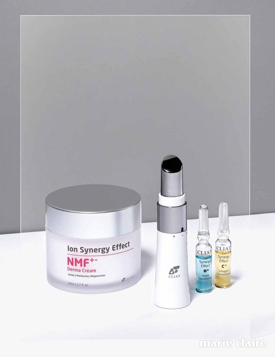 NMF+-더마크림 천연 보습 인자와 피부 장벽 개선에 도움을 주는 고보습 크림. 피부 스트레스를 덜고 피부 장벽 재생을 도와 건조하고 예민한 피부를 빠르게 진정시킨다. 50ml, 6만6천원. 이온토-라이프 같은 극끼리 밀어내는 성질을 이용해 비타민 C처럼 피부에 잘 침투하지 못하는 성분을 진피층까지 흡수시키는 뷰티 디바이스. 미세 전류와 진동을 이용해 화장품의 유효 성분을 피부에 침투시키는 기능부터 마사지, 클렌징, 수분 충전까지, 스킨케어에 필요한 다양한 기능을 한데 담았다. 19만9천원.