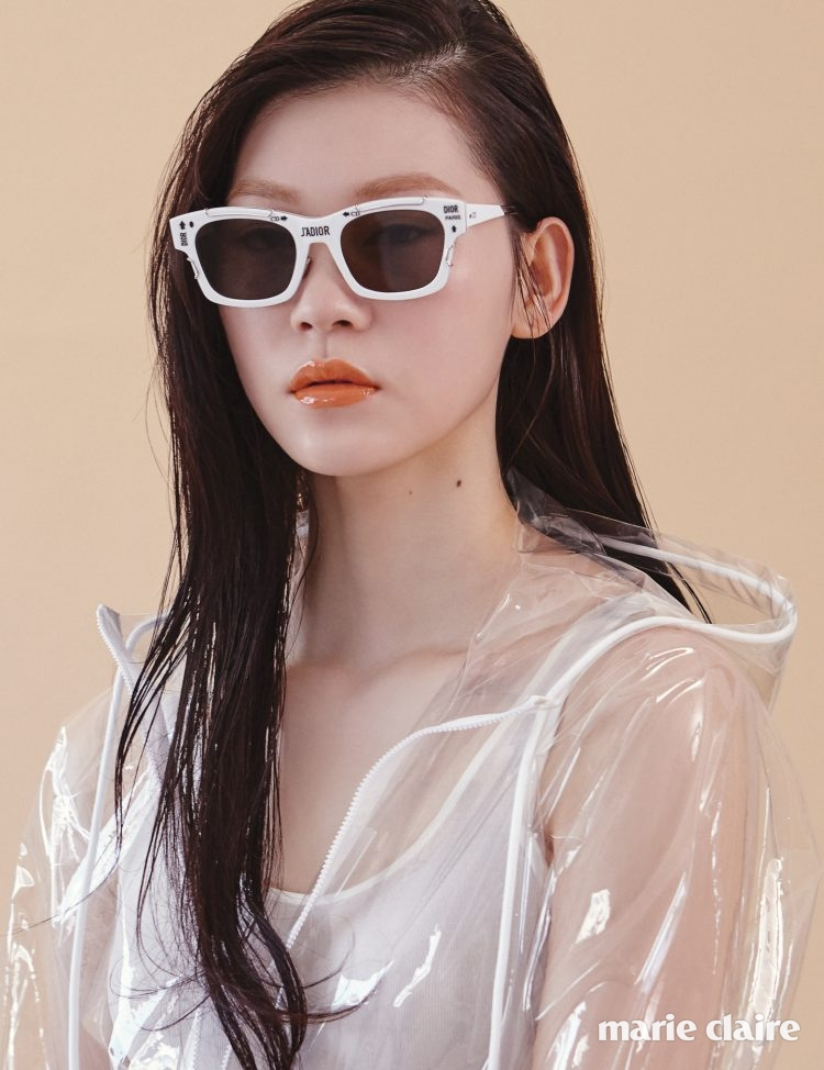 로고 패턴의 화이트 프레임 선글라스 85만원 디올(Dior), PVC 후드 집업 점퍼 78만원 라코스테(Lacoste), 화이트 슬리브리스 톱 4만9천원 코스(COS).