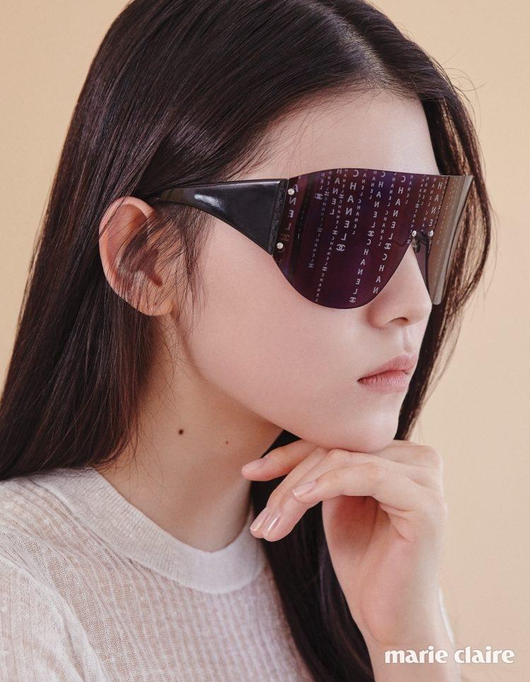 렌즈에 로고를 프린트한 스크린 모티프 선글라스 가격 미정 샤넬(Chanel), 화이트 시스루 니트 톱 8만9천원 코스(COS).