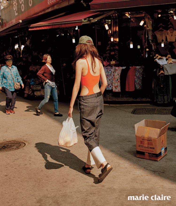 과감하게 컷아웃된 오렌지색 수영복 7만2천원 에탐(Etam), 턴업 로 데님 팬츠 82만원 로에베(Loewe), 베이스볼 캡은 에디터 소장품.