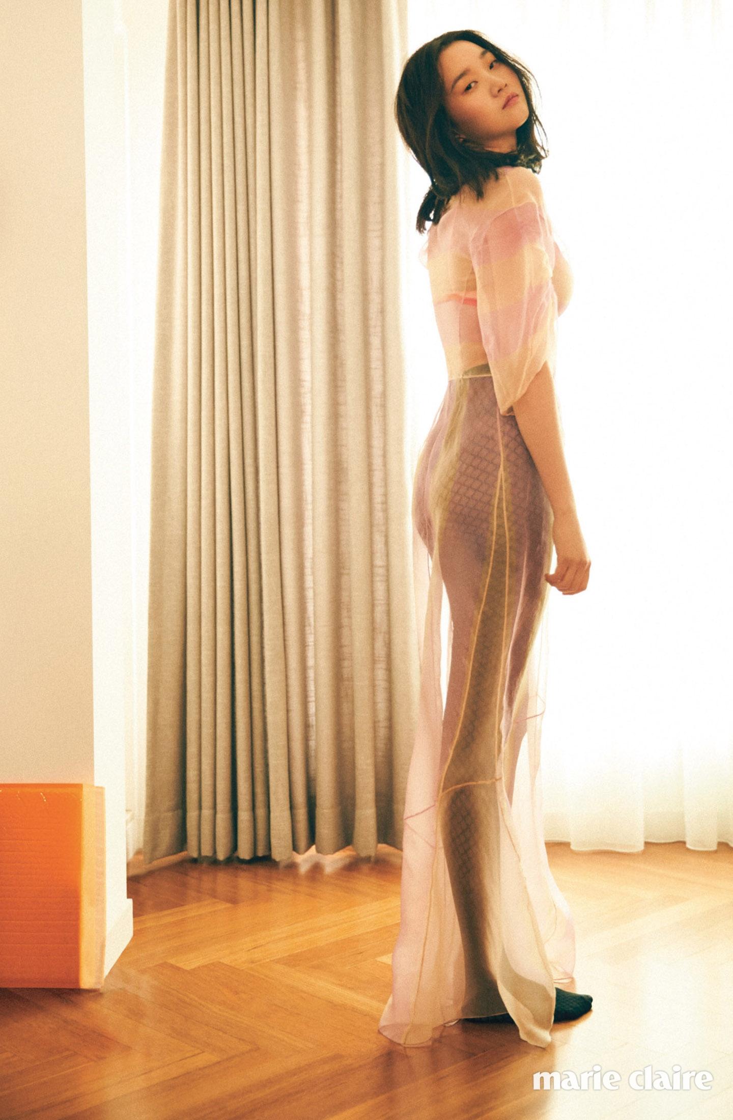 장윤주 화보 - 마리끌레르 2016년, 핑크 톤 오간자 드레스 가격 미정 디올(Dior), 코럴 핑크 언더웨어 4만9천원 코스(COS), 블랙 피시넷 스타킹 7만6천원 월포드(Wolford).